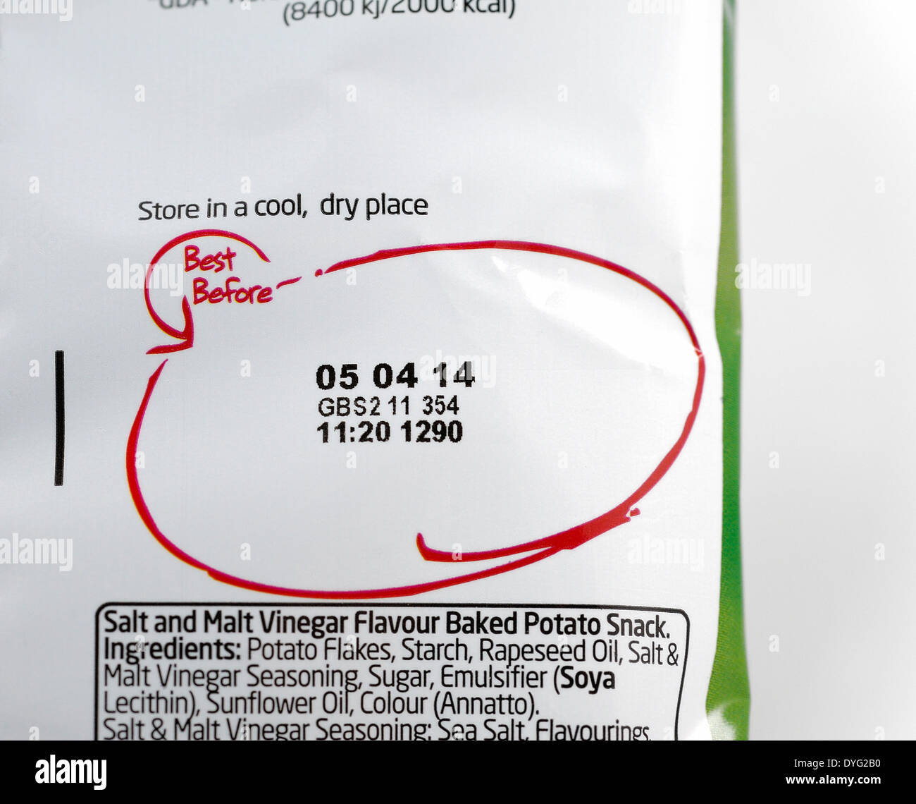 Best before date on the back of a packet of crisps - Stock Image