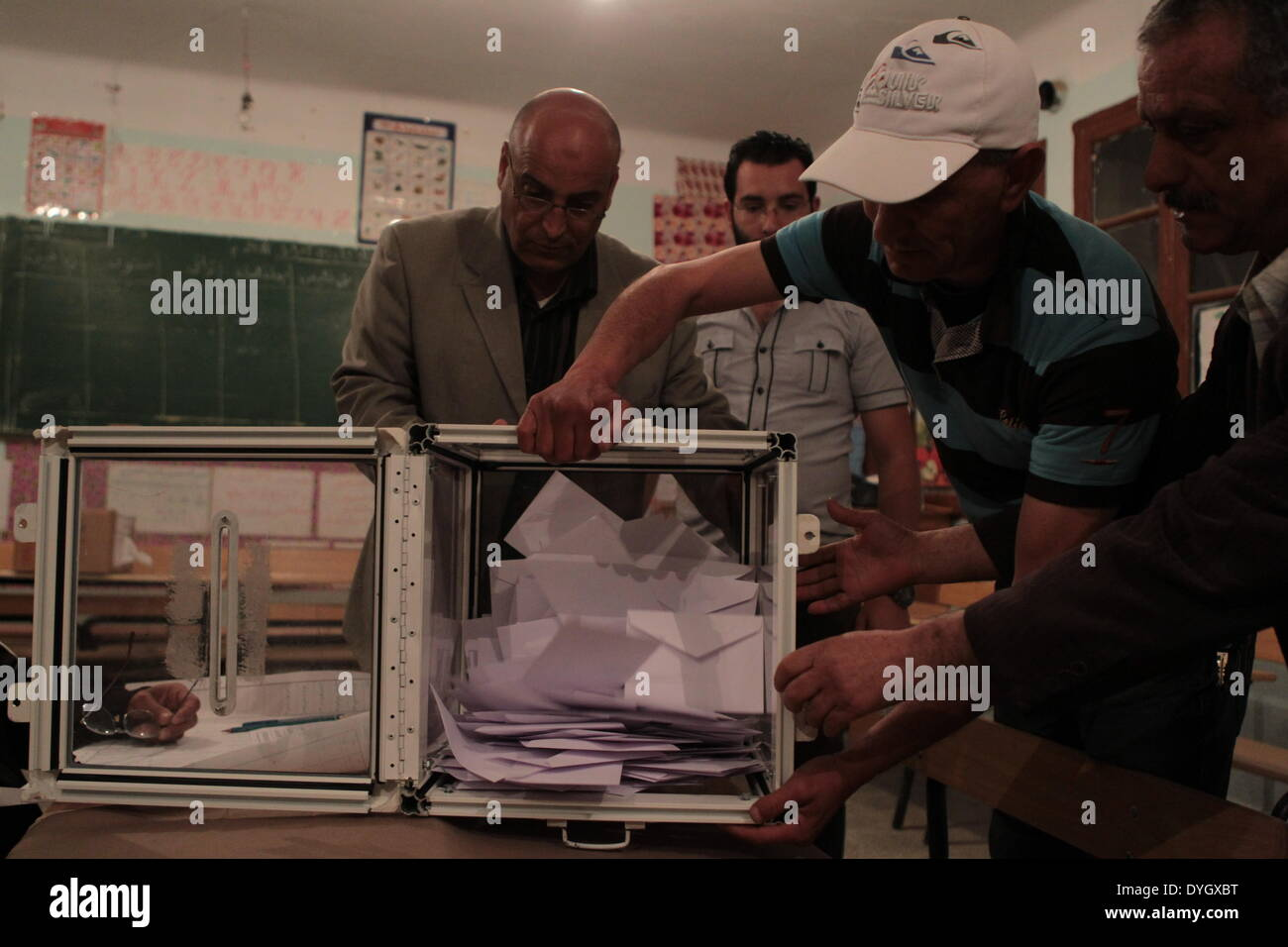 (140417) -- BOUIRA (ALGERIA), April 17, 2014 (Xinhua) -- Organizers, monitors and representatives of the 6 candidates running for the presidential election count ballots in a polling station in the locality of Lakhdaria in Bouira province, 100 km eastern Algiers, on April 17, 2014. (Xinhua/Mohamed Kadri) - Stock Image
