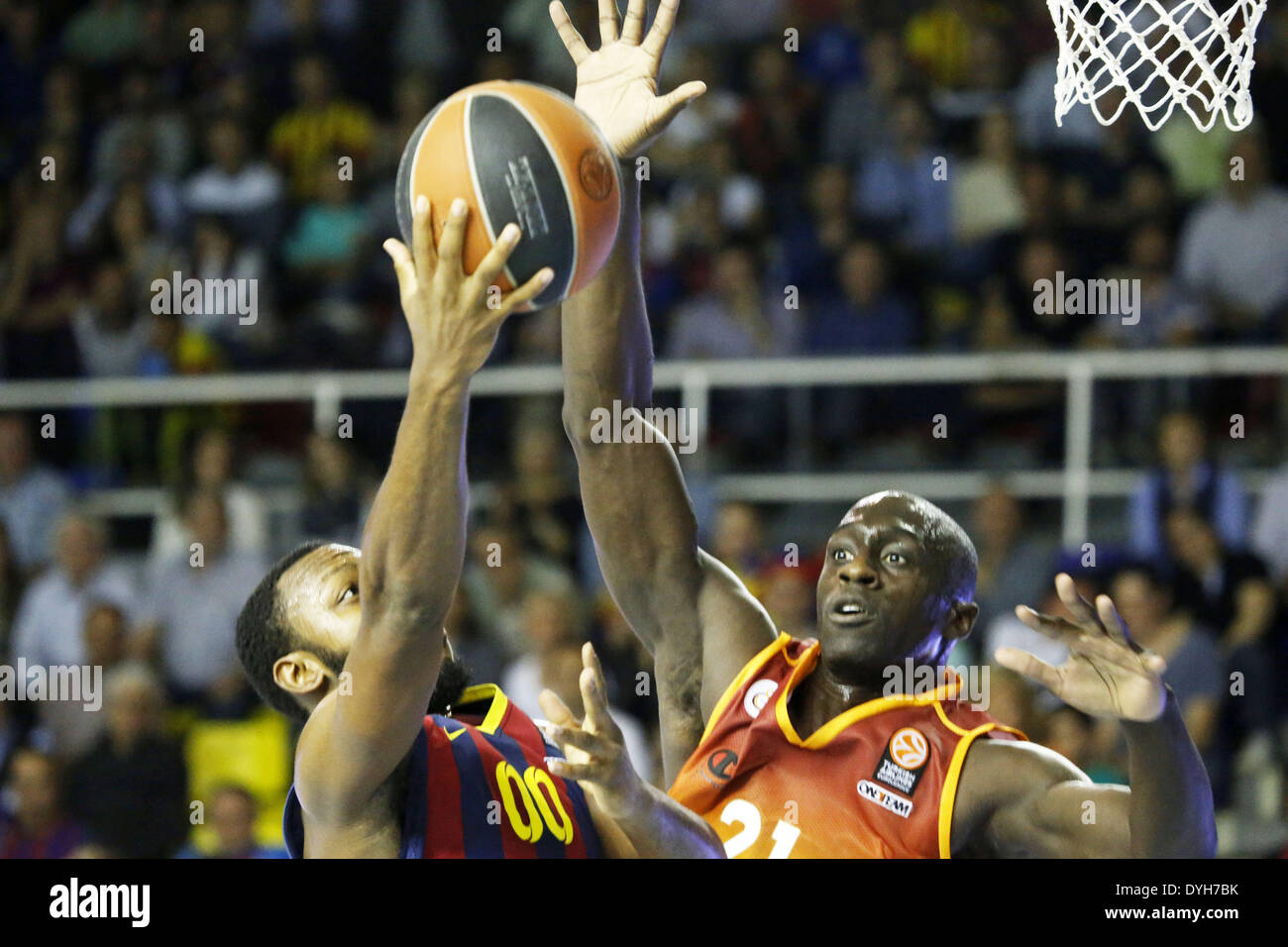 Barcelona, Spain. 17th Apr, 2014. BARCELONA SPAIN -17 Apr. Jakob Pullen and Pops Mensah-Bonsu in the second match of the quarterfinals of the Euroleague basketball match between FC Barcelona and Galatasaray, played at the Palau Blaugrana, the April 17, 2014 Photo: Joan Valls/Urbanandsport/Nurphoto Credit:  Joan Valls/NurPhoto/ZUMAPRESS.com/Alamy Live News - Stock Image