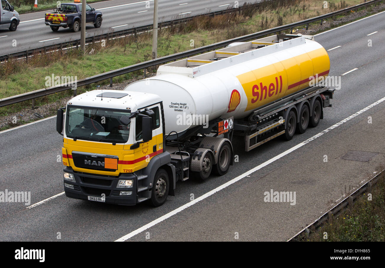 Shell lorry on the M25 delivering fuel - Stock Image