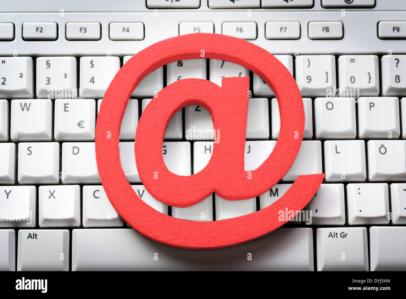 Rotes At-Zeichen auf einer Tastatur - Stock Image