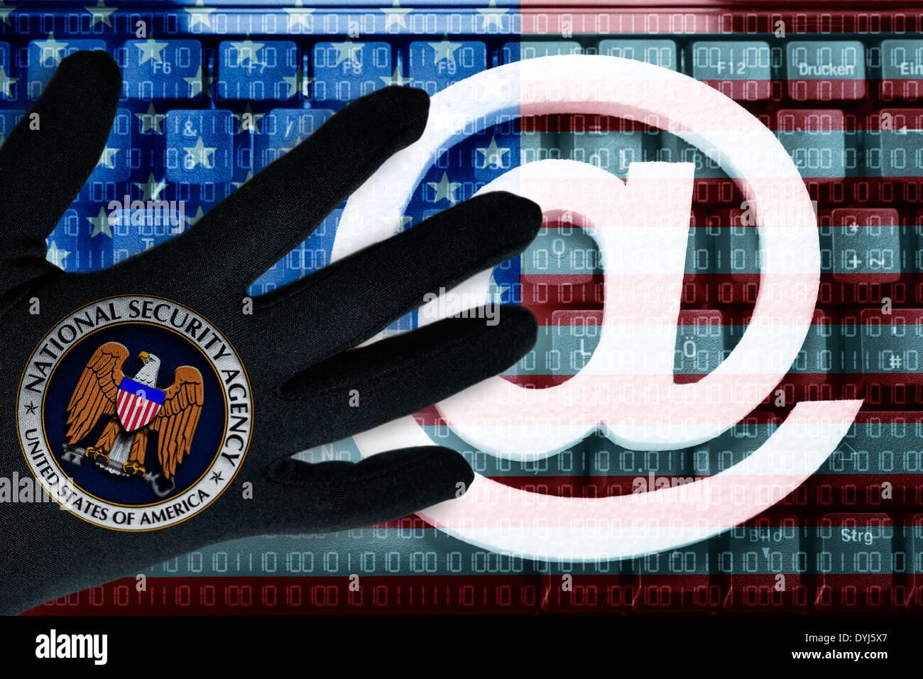 At-Zeichen auf einer Tastatur und schwarze Hand mit NSA-Symbol, Datensammlung des USA-Geheimdienstes - Stock Image