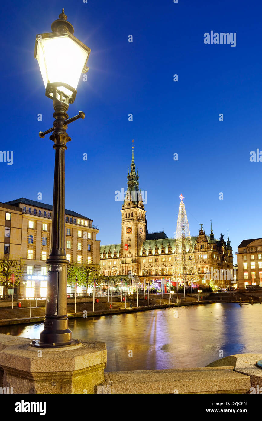Weihnachtsmarkt am Rathaus in Hamburg, Deutschland, Europa, Christmas market and town hall in Hamburg, Germany - Stock Image