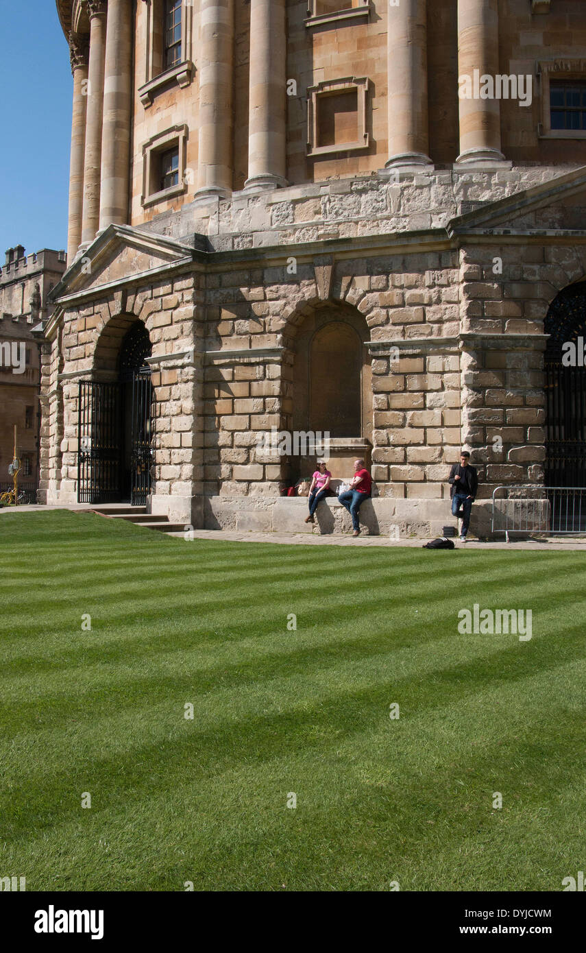 Students Enjoying the Sunshine Today Outside the Oxford Bodleian Library - Stock Image