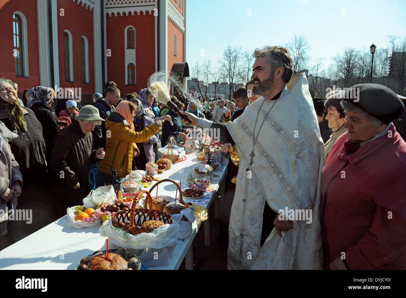 Odintsovo, Moscow, Russia. 19 April 2014A Russian Orthodox priest blesses Easter food and believers prior to the Orthodox Easter holiday celebration at St. George Cathedral in Odintsovo, outside Moscow, Russia, 19 April 2014. Easter is the main religious celebration for Russian Orthodox Christians. Credit:  MAGPHOTO/Alamy Live News - Stock Image