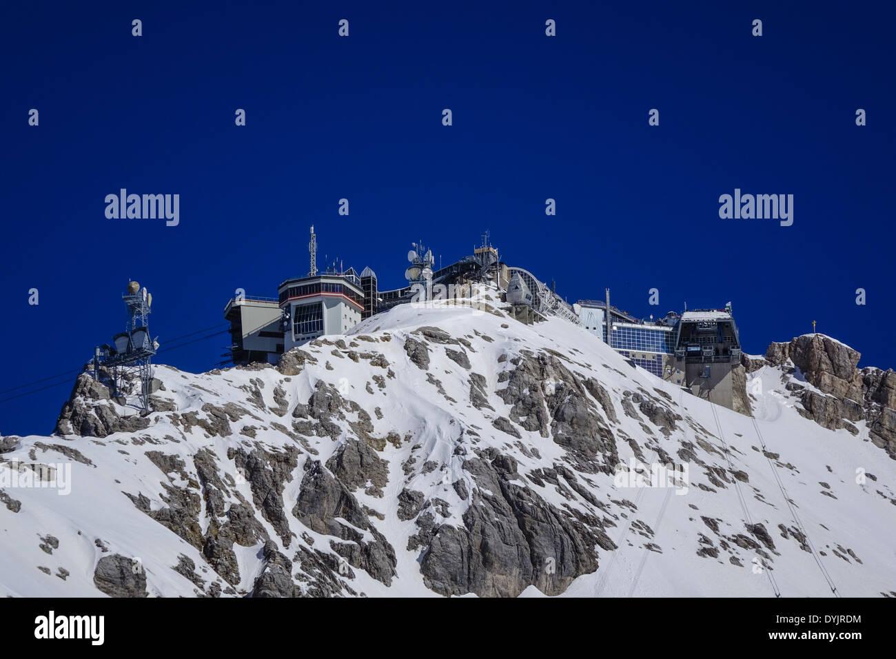 Blick zum Zugspitzgipfel dem höchsten Berg Deutschlands mit Wetterstation und Umwelt Forschungsstation Bayern Deutschland Europa - Stock Image