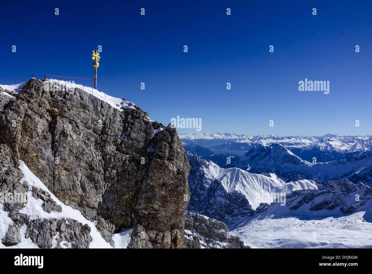 Blick von der Zugspitze, dem höchsten Berg Deutschlands auf die Alpen - Stock Image