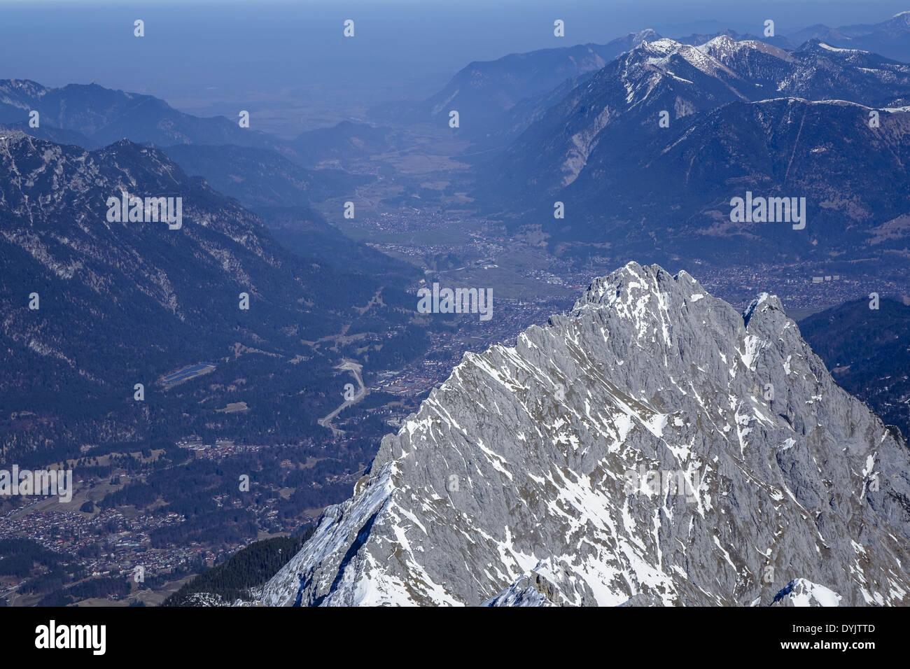 Blick von der Alpspitze bei Garmisch Partenkirchen, auf die Alpen - Stock Image