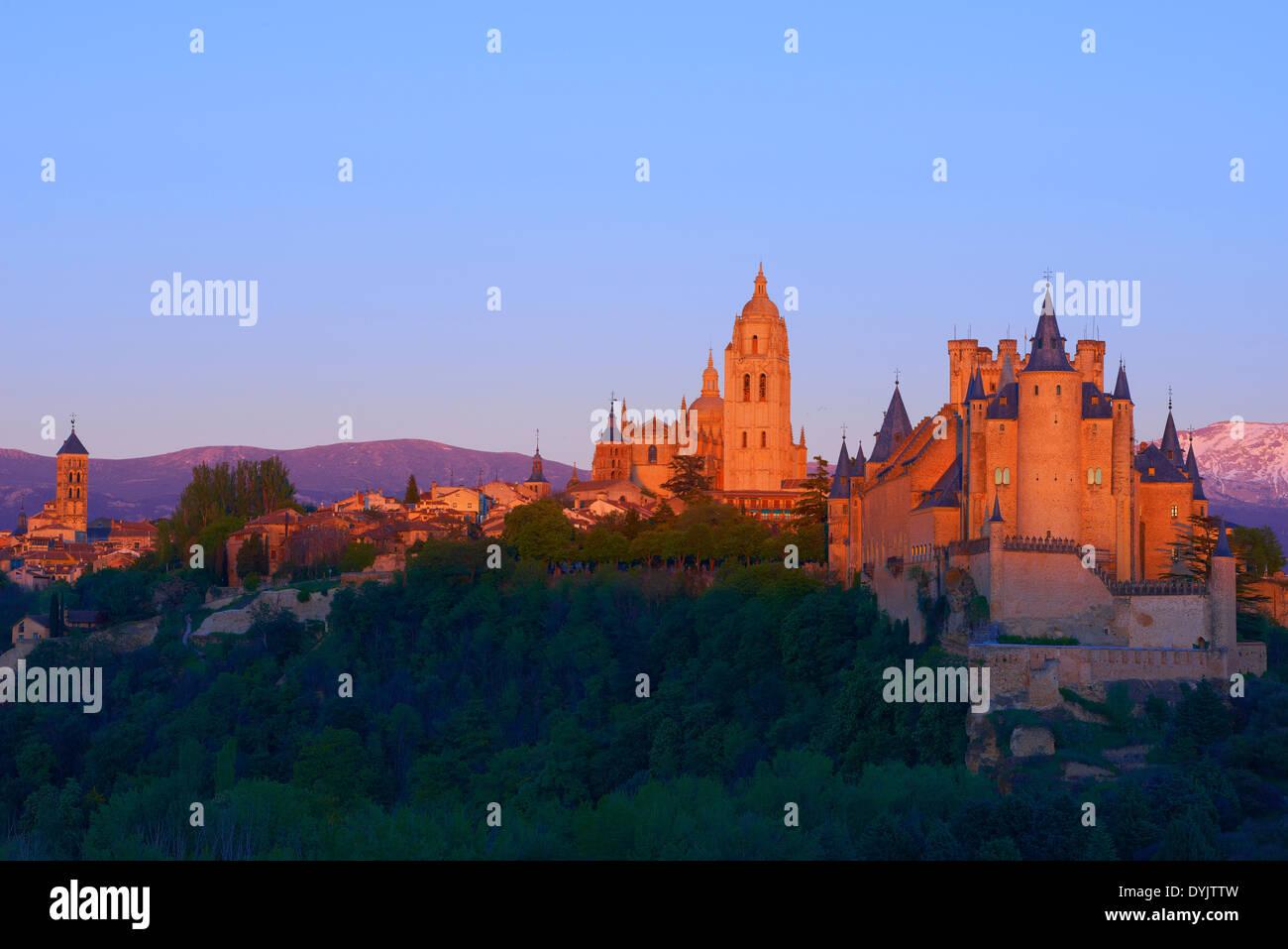 Alcazar, Cathedral, Segovia, Alcazar fortress and Cathedral at Sunset, Castilla-León, Spain. Alcazar von Segovia ist eine Burg i Stock Photo