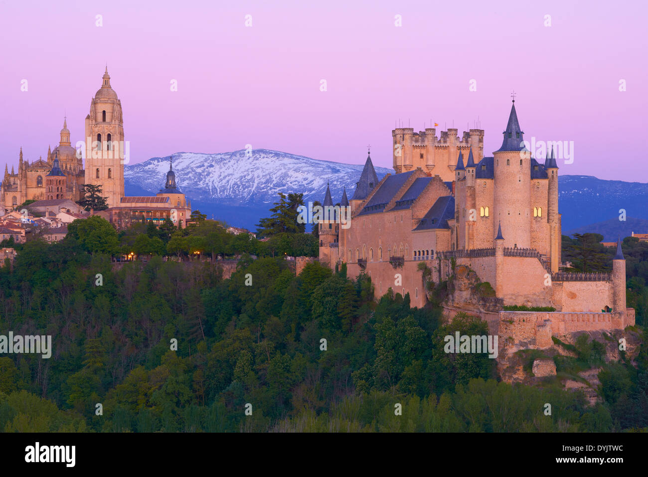 Alcazar, Cathedral, Segovia, Alcazar fortress and Cathedral at Sunset, Castilla-León, Spain. Alcazar von Segovia ist eine Burg i - Stock Image