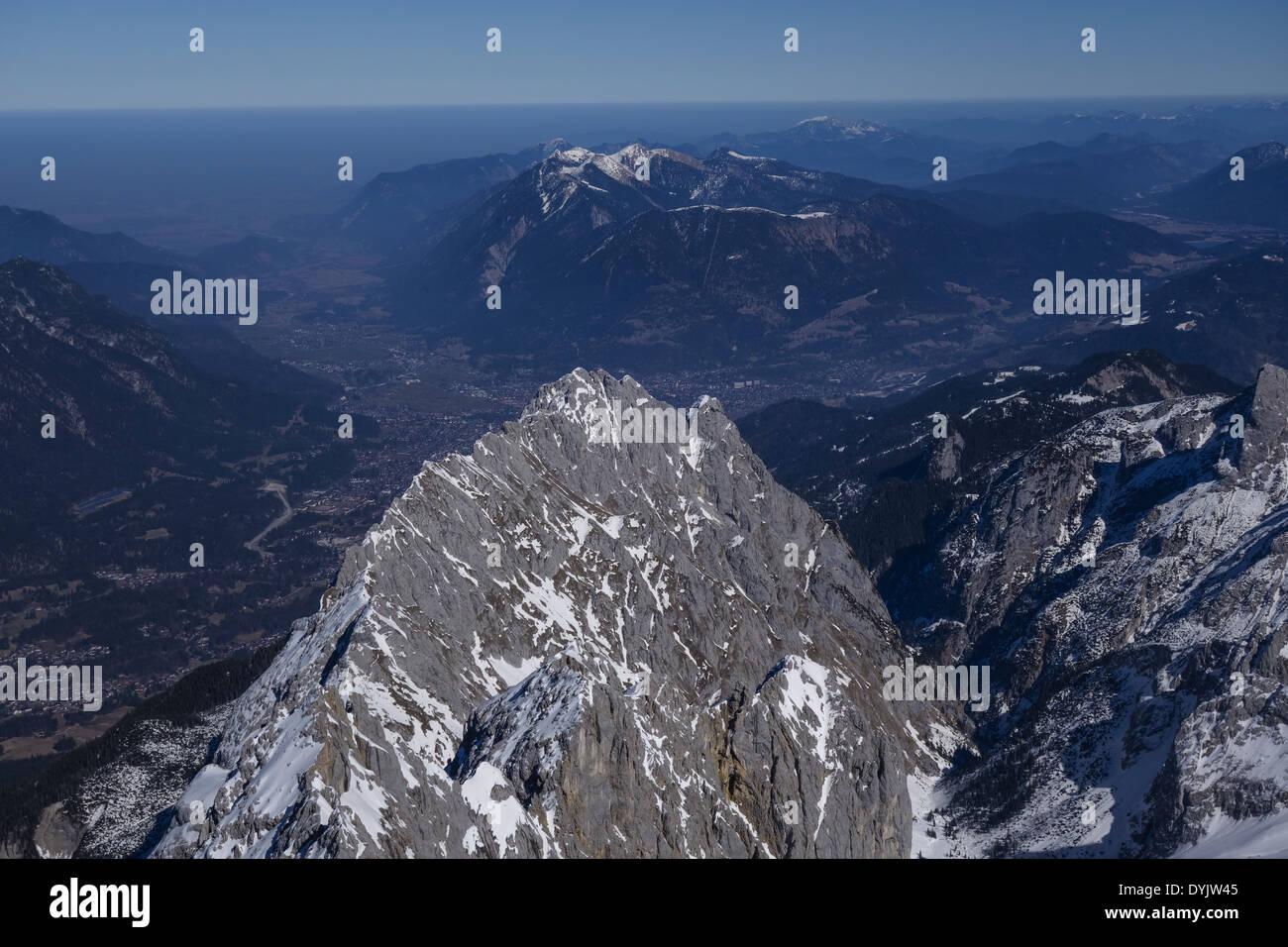 Blick von der Zugspitze ins Alpenvorland und Garmisch Partenkirchen Stock Photo