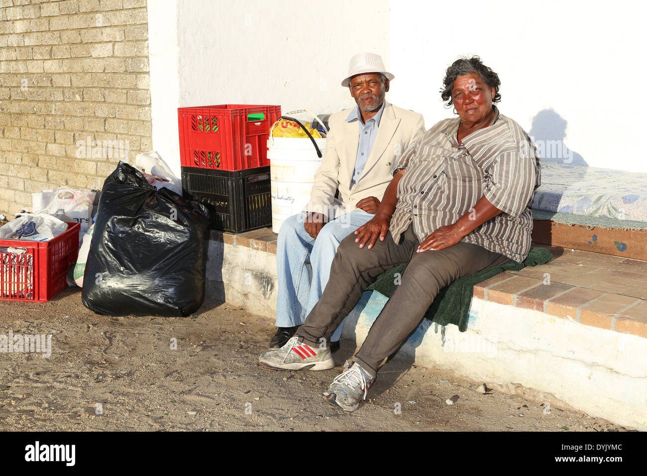 HOMELESS INDIGENT ELDERLY MIXED RACE COUPLE IN CAPE TOWN - Stock Image