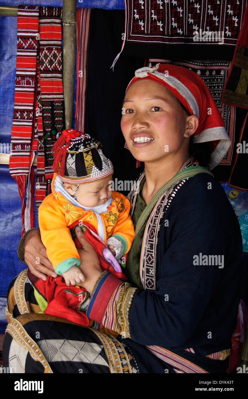 Red Dao mother and child selling embroidery, Ta Phin village, Sapa (Sa Pa), North Vietnam - Stock Image