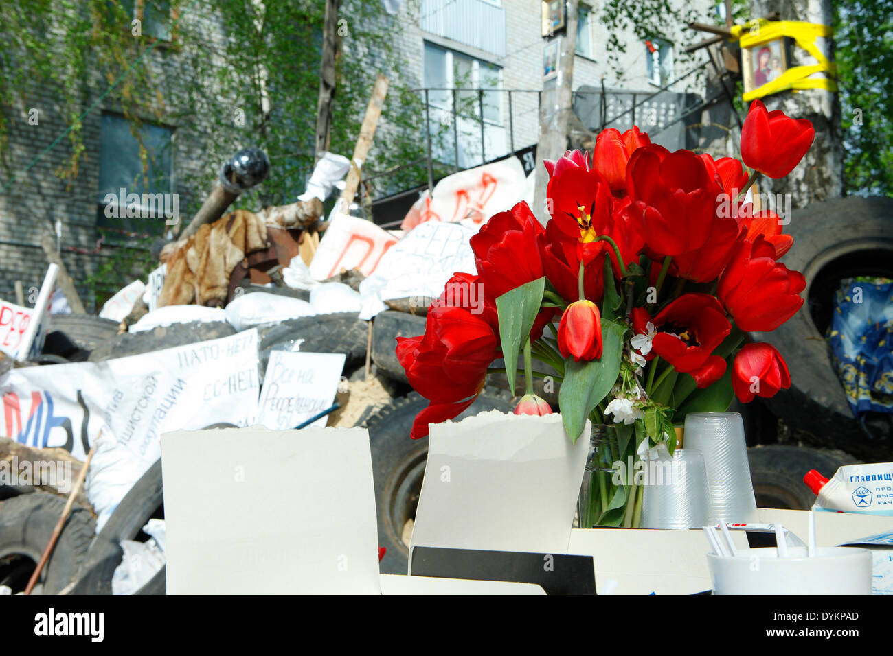 Sloviansk, Ukraine. 21st Apr, 2014. In photo: Tulipans and tipical Easter's cake near the barricades, feasting the Stock Photo