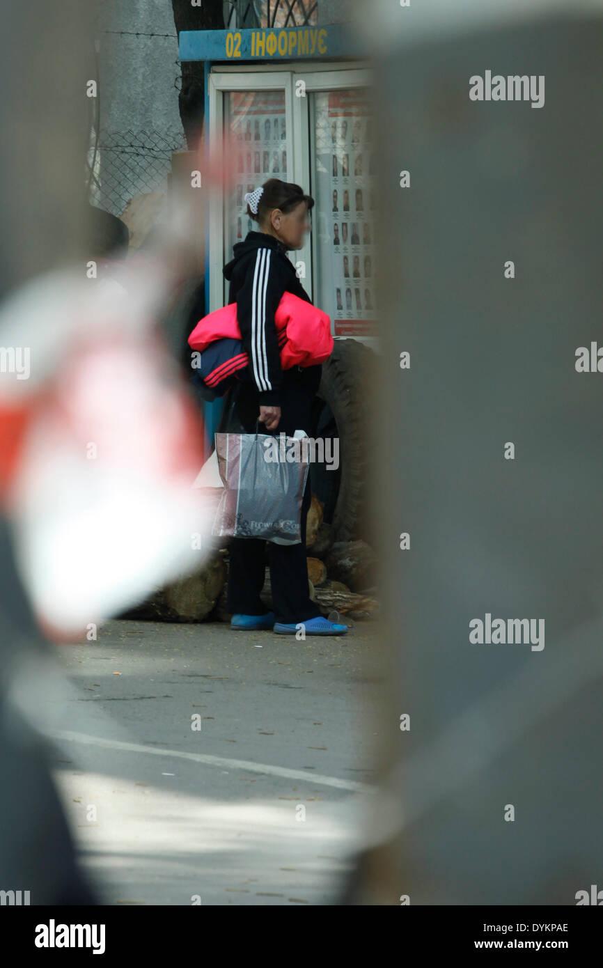 Sloviansk, Ukraine. 21st Apr, 2014. In photo: People over the barricade Sloviansk. PH Cosimo Attanasio Photo by Stock Photo