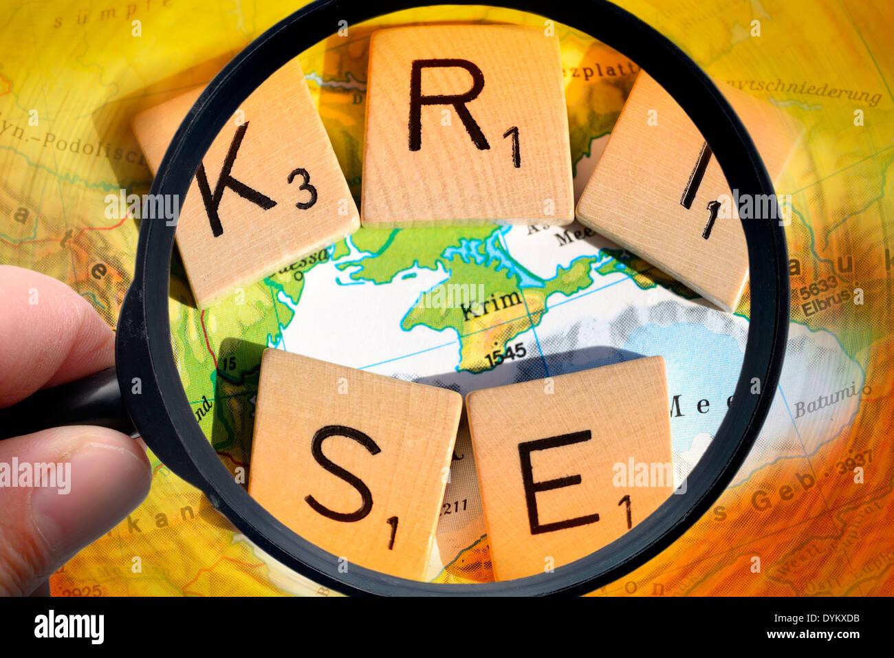 Karte der Krim und Schriftzug Krise unter der Lupe, Krim-Krise - Stock Image