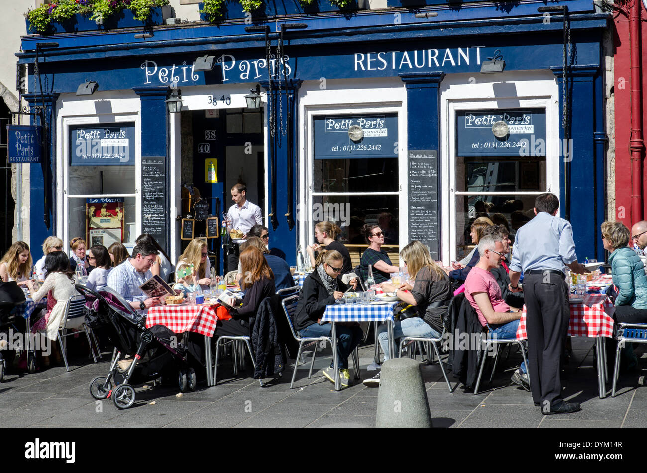Diners eating outside the 'Petit Paris' French restaurant in the Grassmarket, Edinburgh. - Stock Image