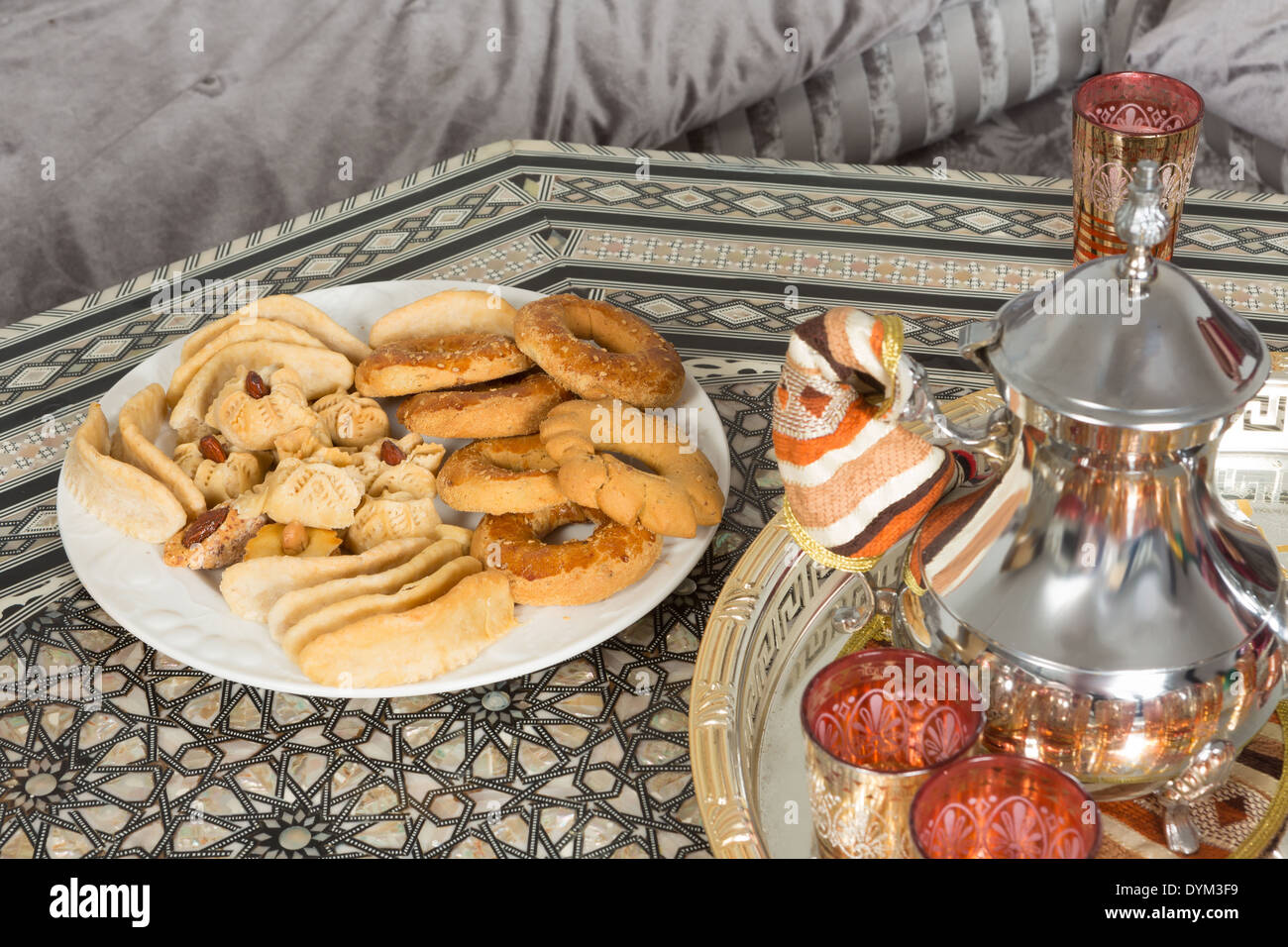Moroccan tea tray and ramadan cookies ready for guests - Stock Image
