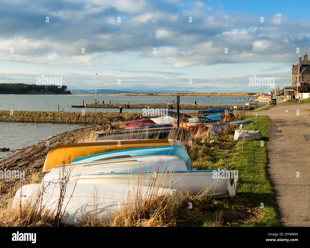OLD ABANDONED BOATS ON THE FORESHORE OF FINDHORN VILLAGE MORAY SCOTLAND - Stock Image