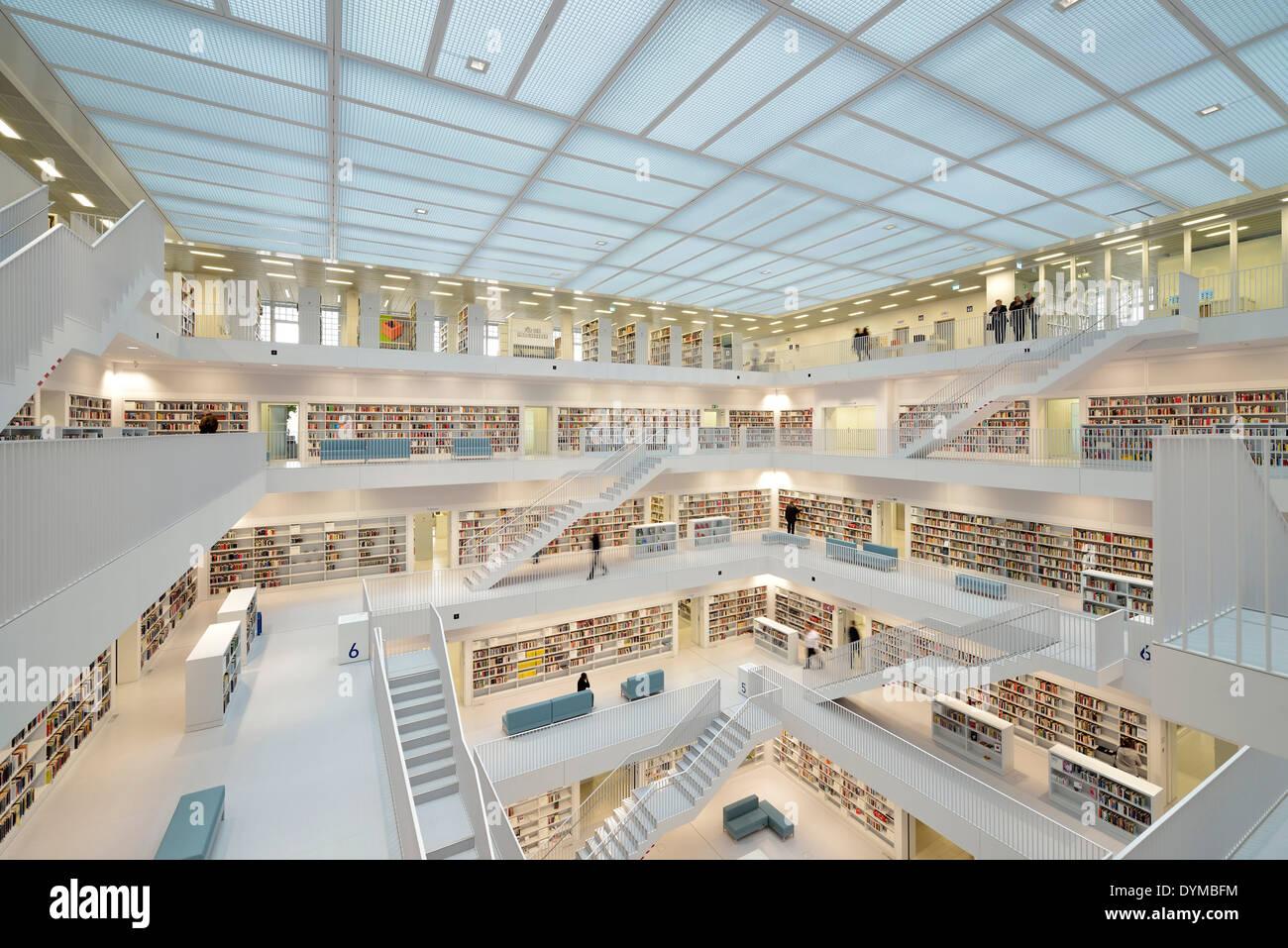 Galeriesaal mit Treppenaufgängen der Stadtbibliothek am Mailänder Platz, Architekt Eun Young Yi - Stock Image