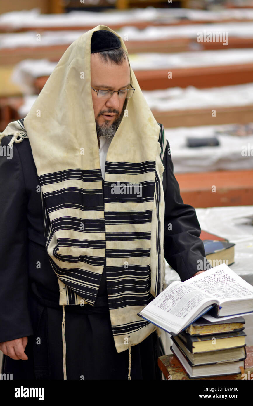An religious Jewish man at Passover morning prayers at the Lubavitch headquarters in Crown Heights, Brooklyn, New York - Stock Image
