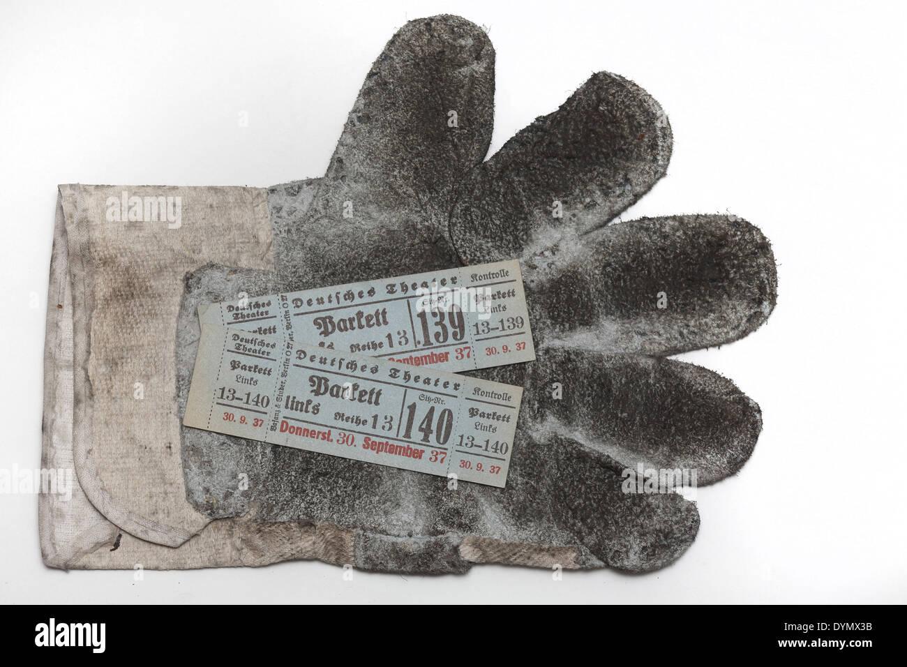 GER, 20140418, Arbeitshandschuh mit Karte - Stock Image