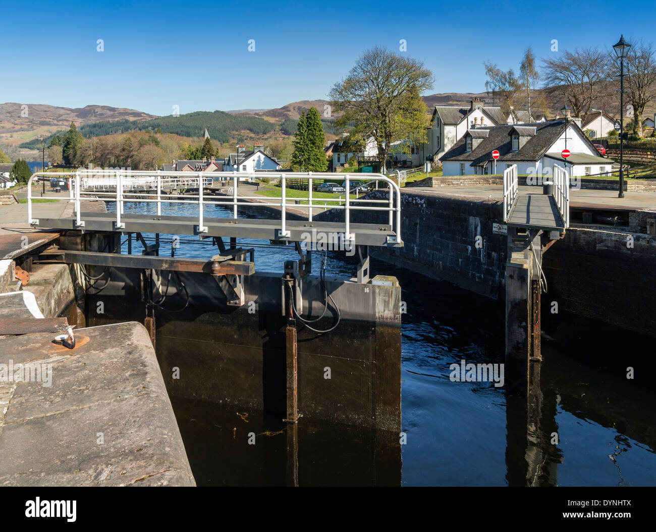 LOCK GATES OPENING ON TELFORDS LOCKS ON THE CALEDONIAN CANAL AT FORT AUGUSTUS LOCH NESS - Stock Image