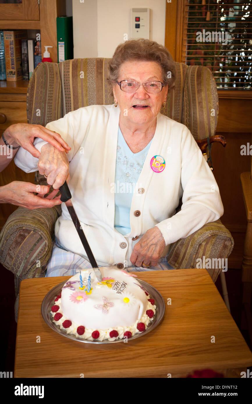 Dorothy Noyce 100th Birthday at Braemar Lodge - Stock Image