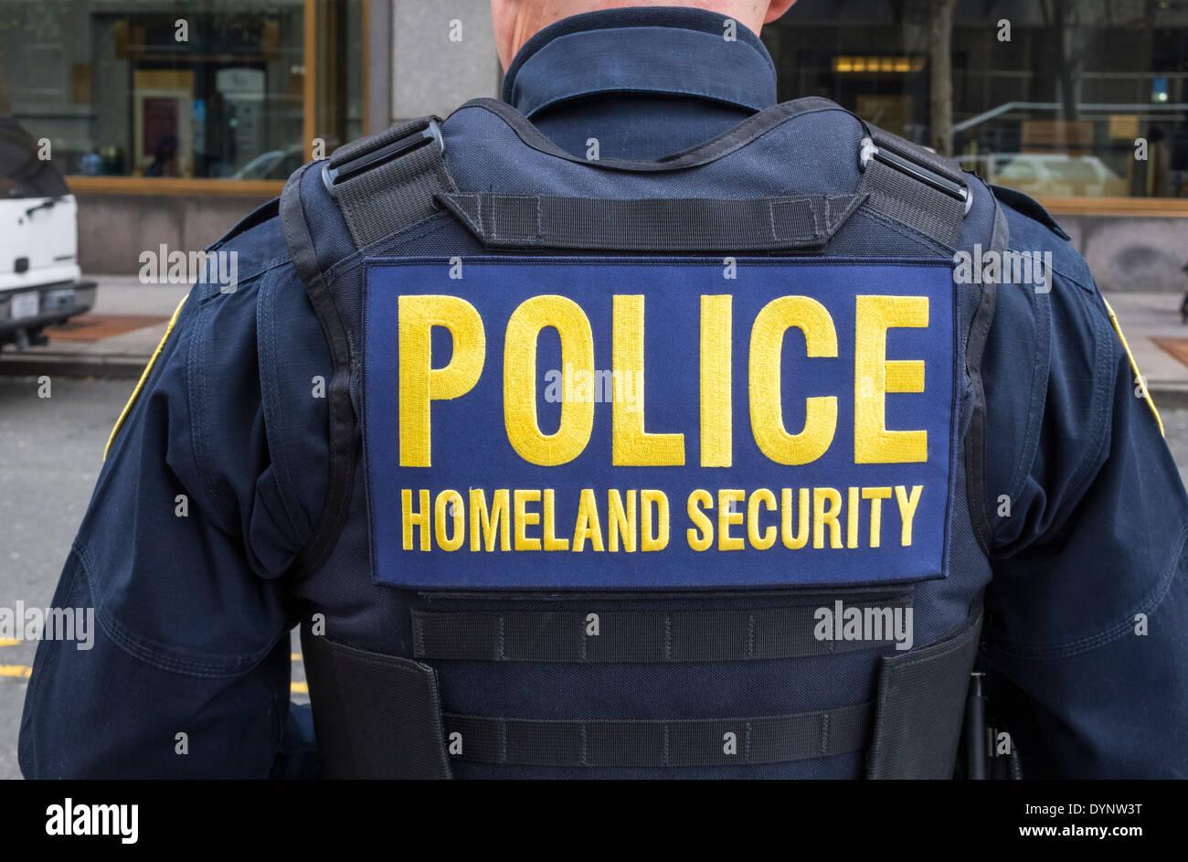 New York City police officer on Homeland Security duty Stock Photo