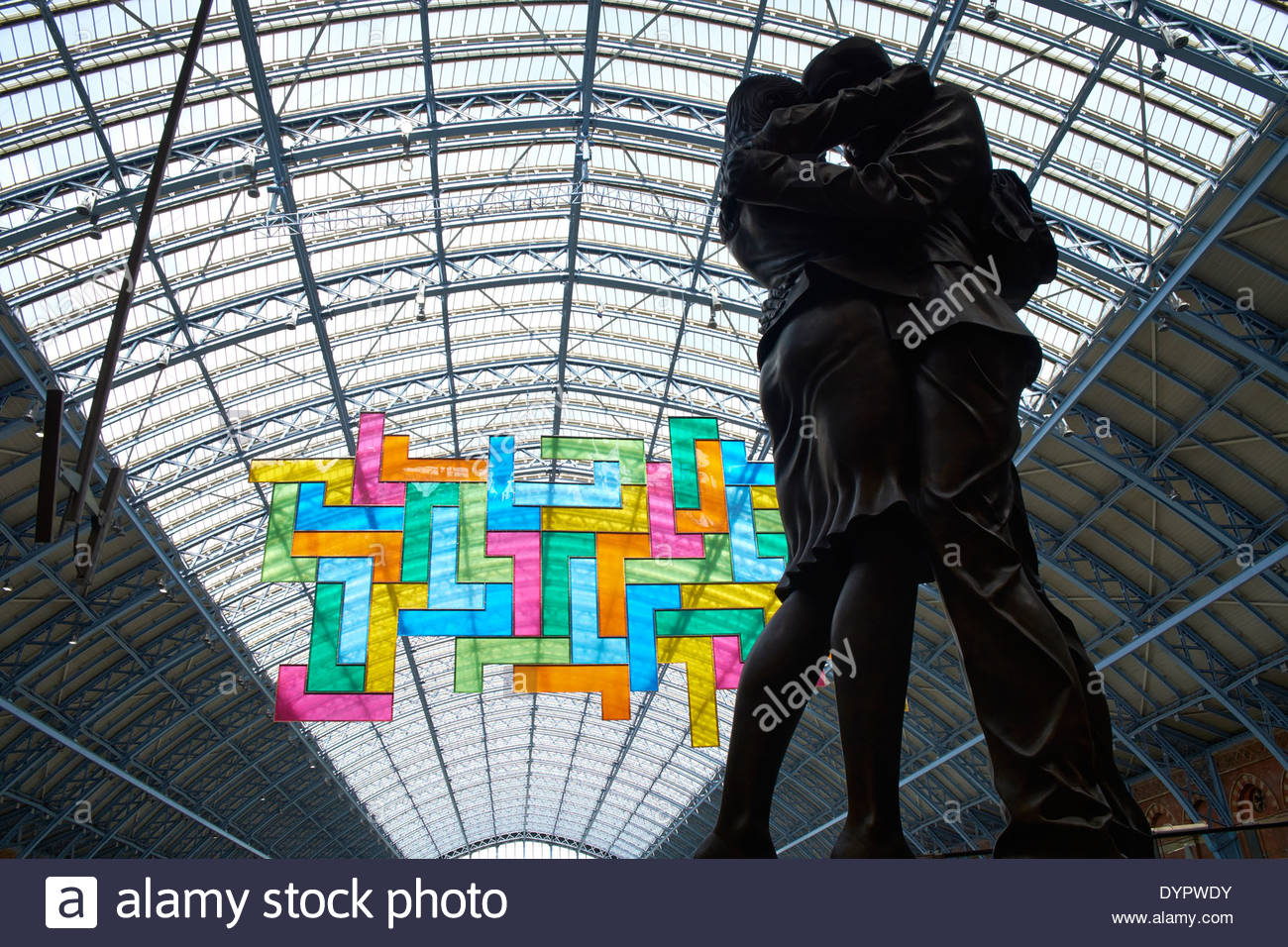 Chromolocomotion by David Batchelor Lovers by Paul Day under arch of roof St Pancras International Railway Station - Stock Image