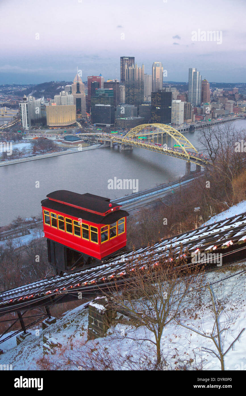 DUQUESNE INCLINE RED CABLE CAR MOUNT WASHINGTON PITTSBURGH SKYLINE PENNSYLVANIA USA - Stock Image