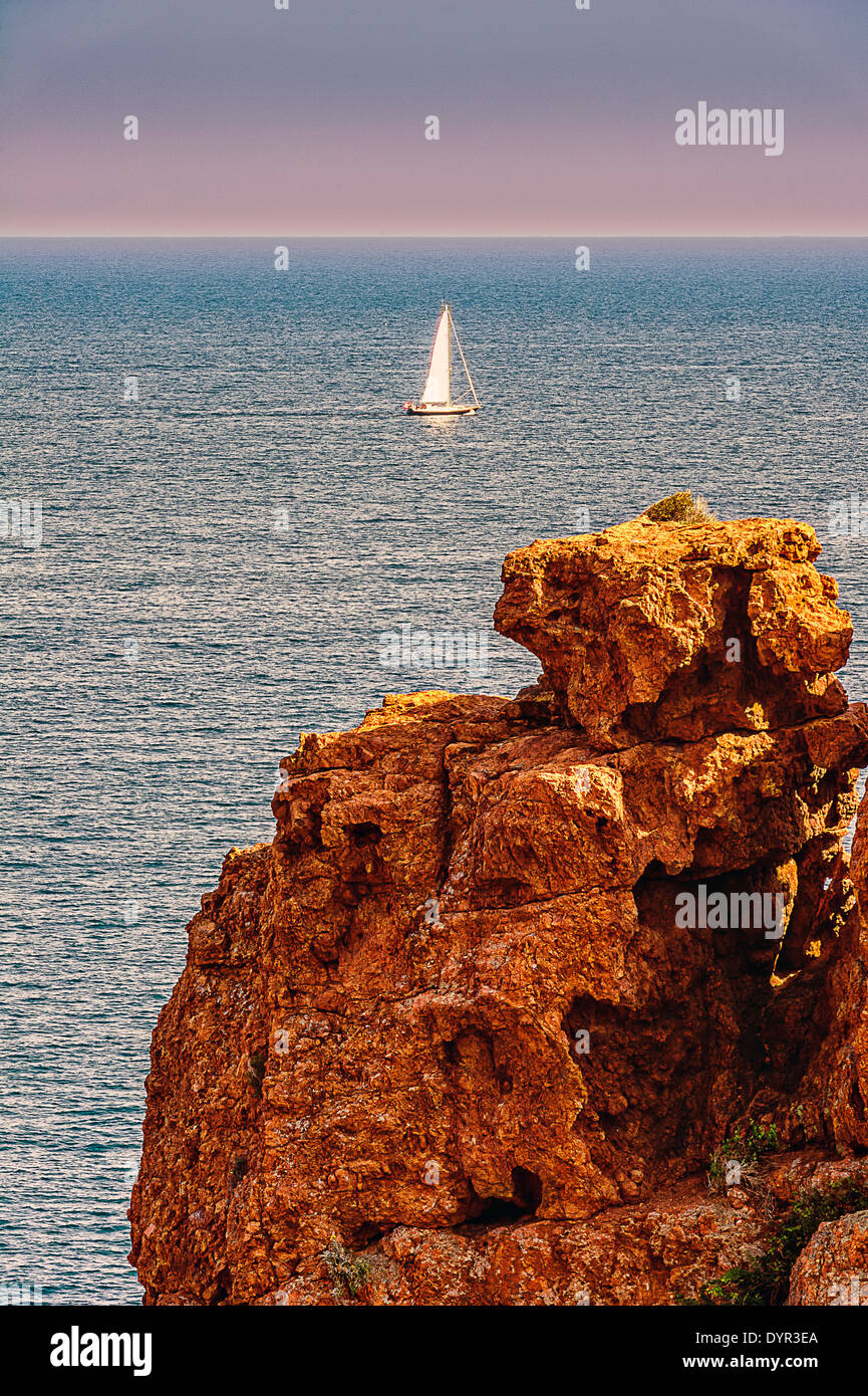 Europe, France, Var, Cornice Esterel. Saint-Raphael. The red rocks of Cape Dramont. - Stock Image