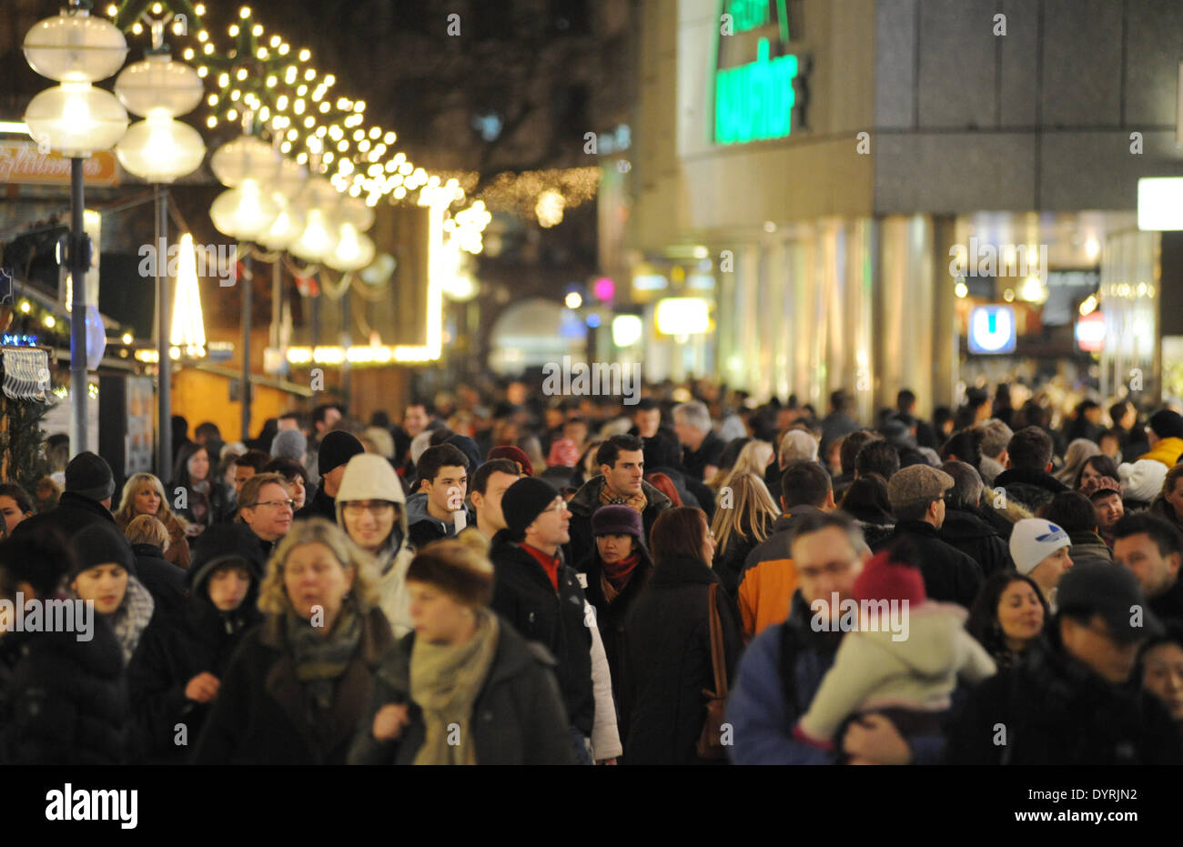 Overcrowded pedestrian zone during the Christmas season in Munich, 2011 - Stock Image