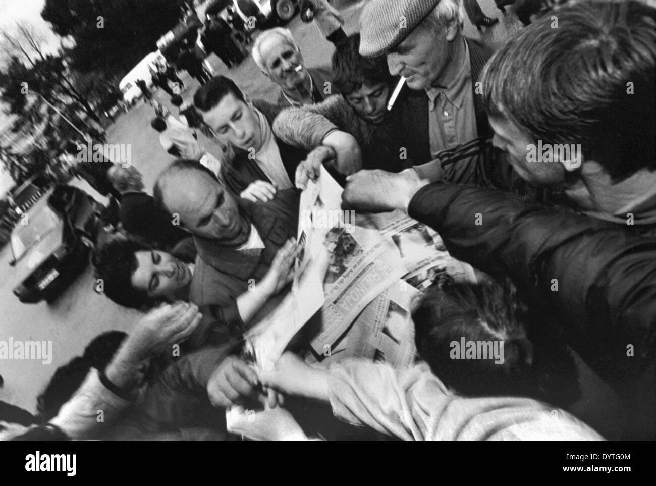 Newspaper distribution to Kosovo refugees - Stock Image