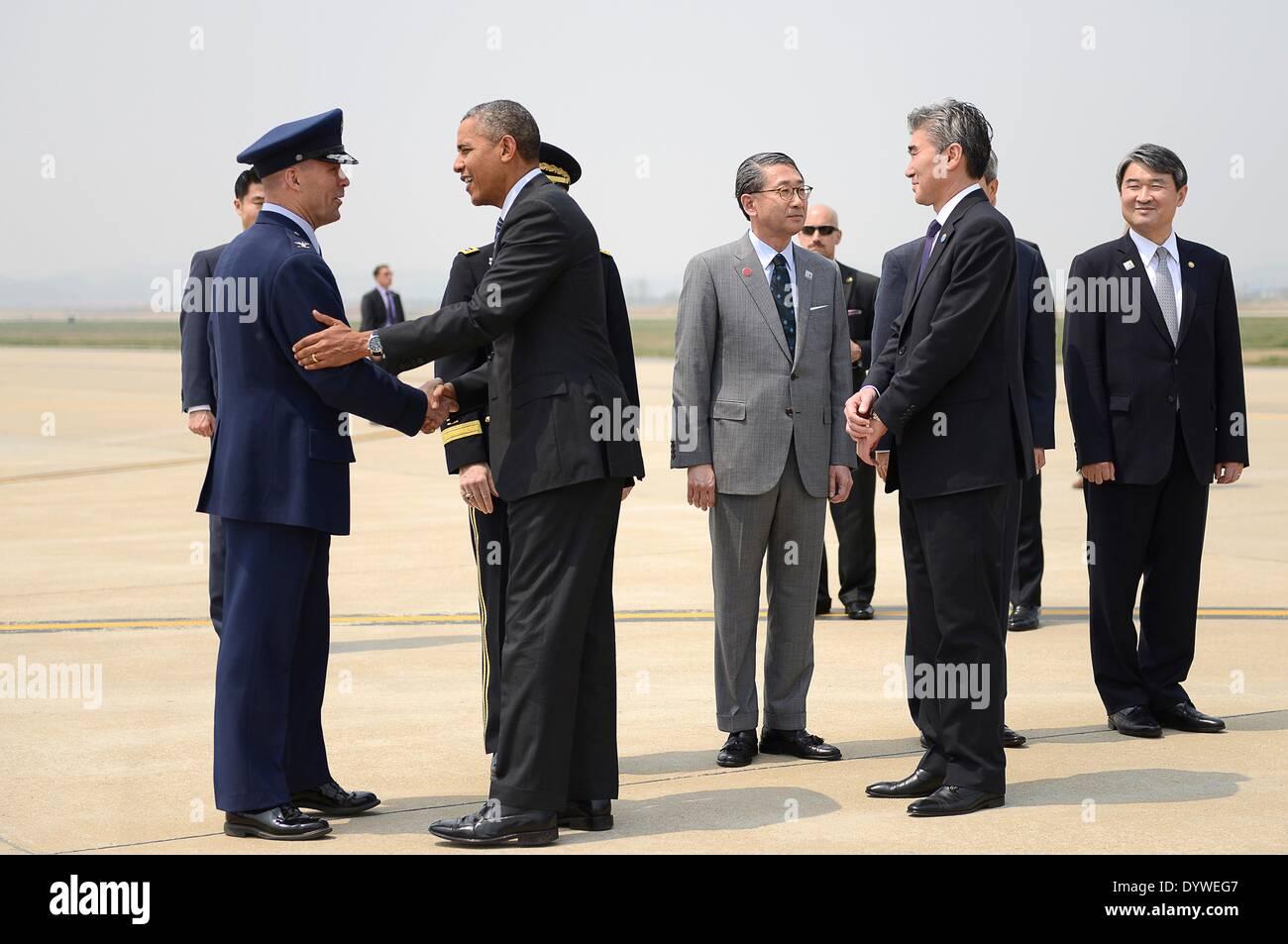 US President Barack Obama greets Col. Brook Leonard, 51st Fighter Wing commander, upon his arrival at Osan Air Base - Stock Image