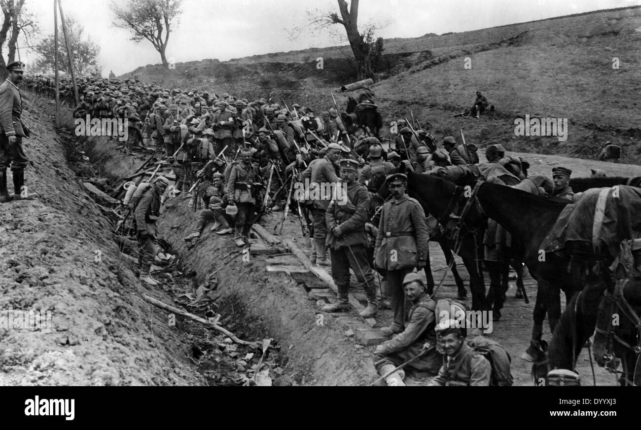 German soldiers take a break at the roadside, 1915 - Stock Image