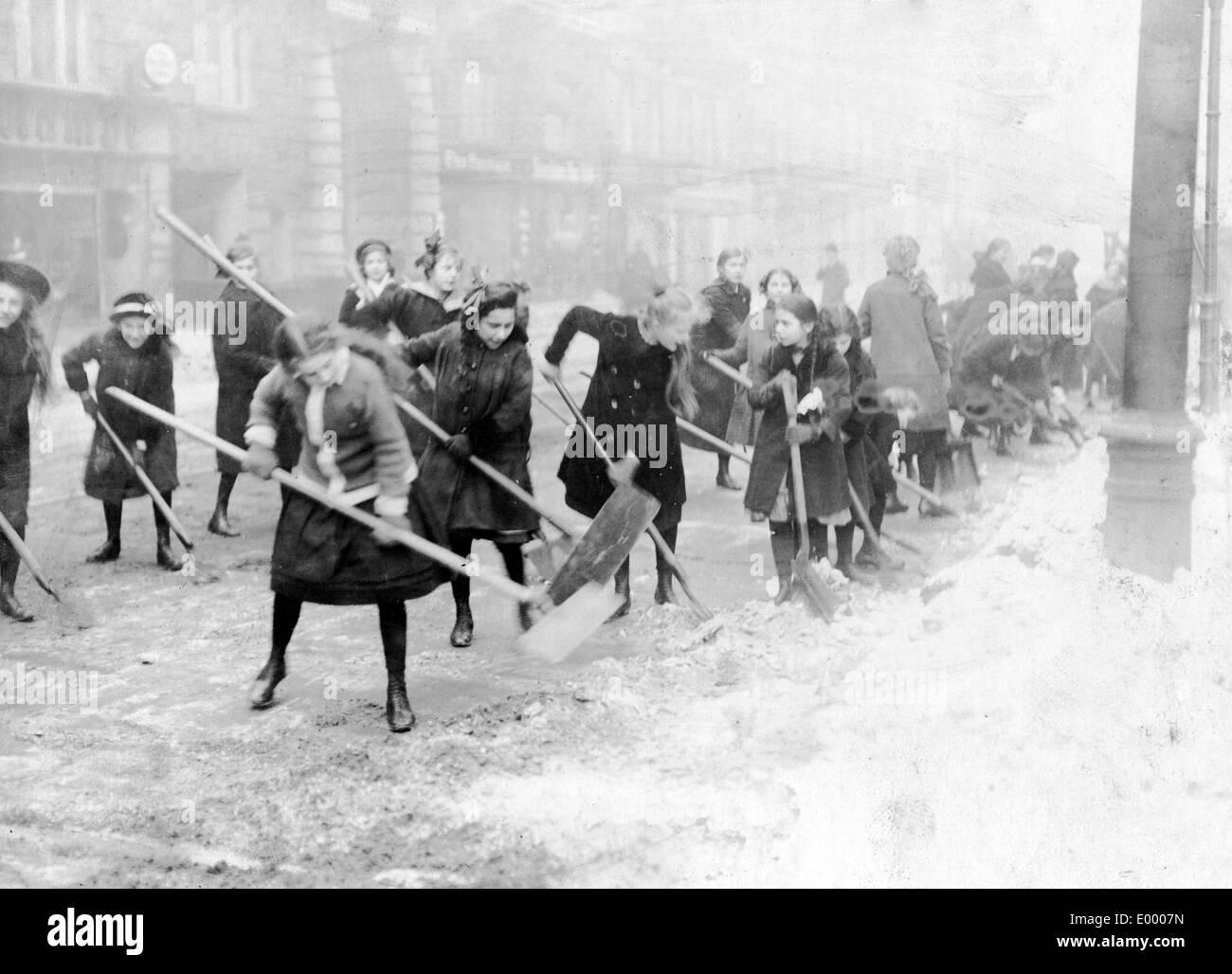 Snow shovelling in Berlin, 1917 Stock Photo