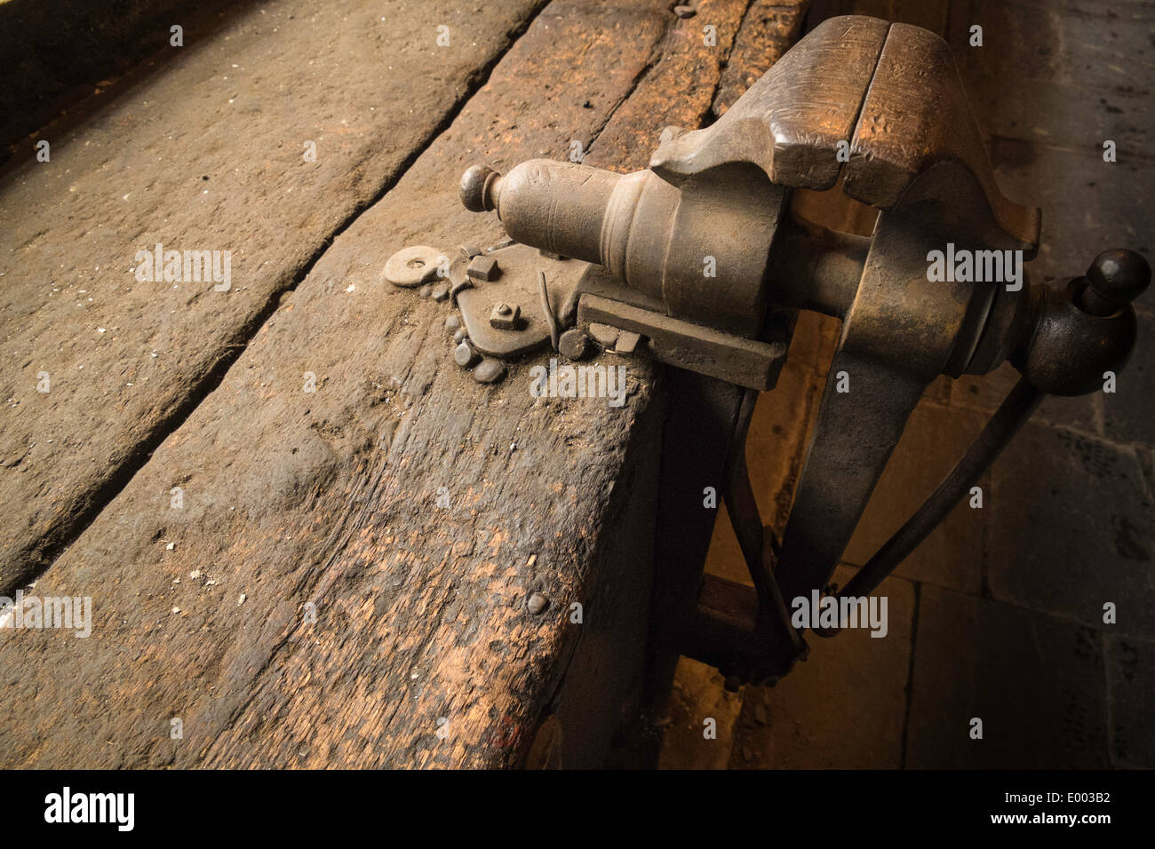 Vice fitted on old wooden bench, National Slate Museum, Llanberis, North Wales, UK - Stock Image
