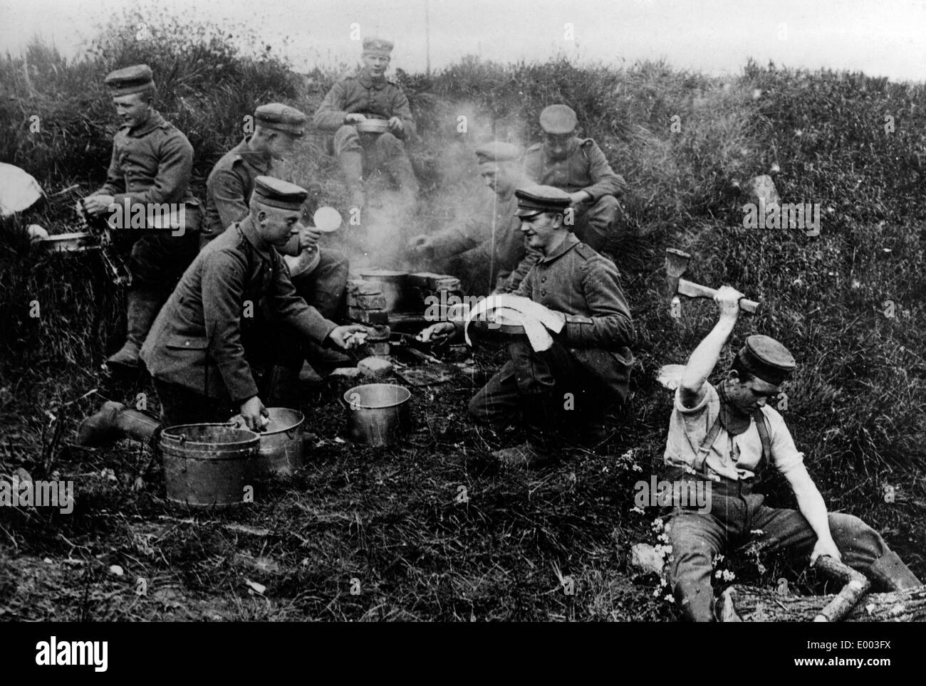 German soldiers boil water on the Western Front, 1916 - Stock Image