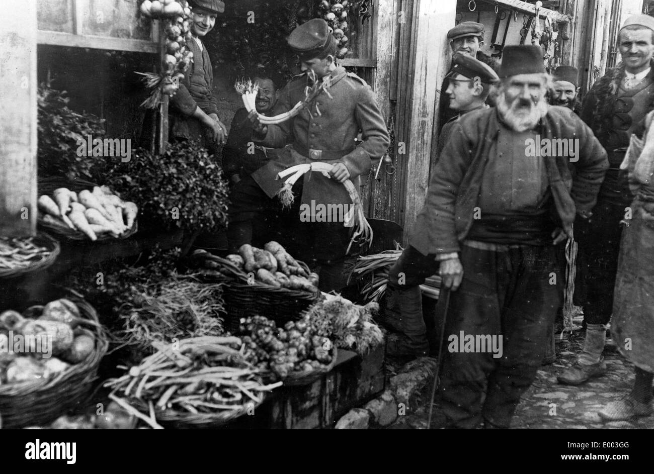 German soldier on a market in Macedonia, 1916 - Stock Image