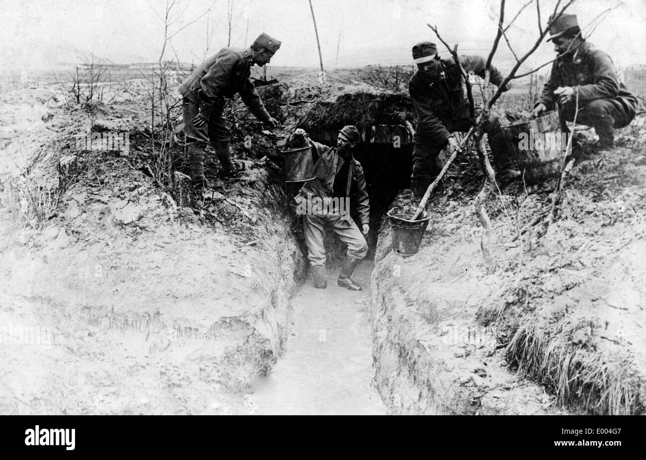 Soldiers bail water out of a trench, 1917 - Stock Image