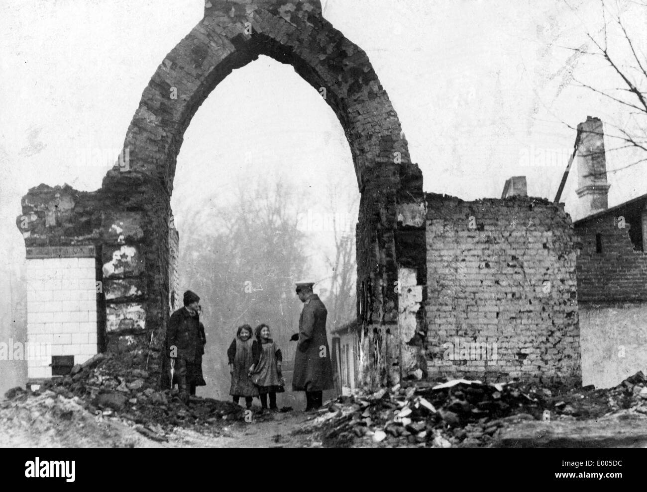 Soldier and civilians amidst debris in Sochaczew, 1915 - Stock Image