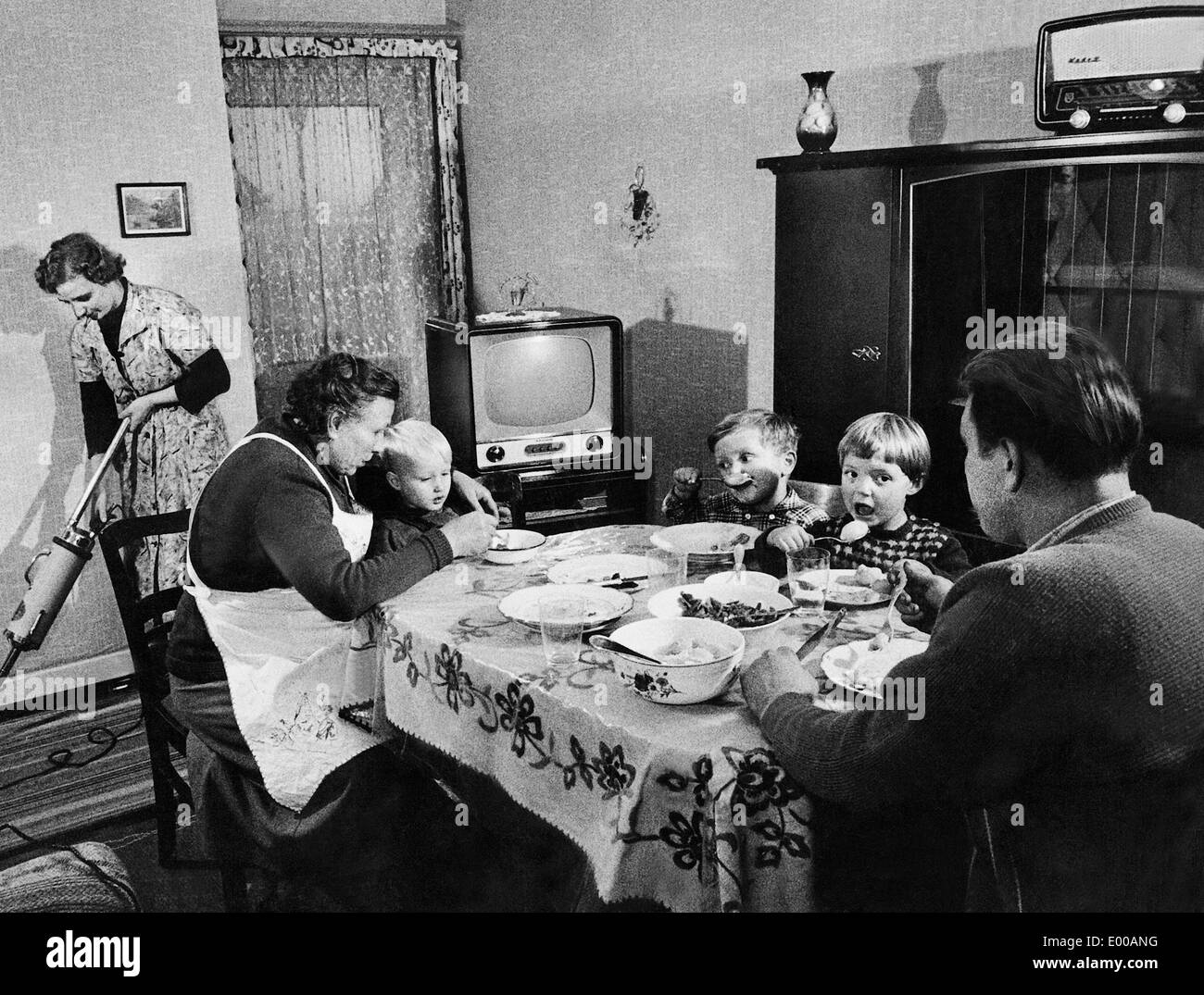 A family while eating, 1959 - Stock Image