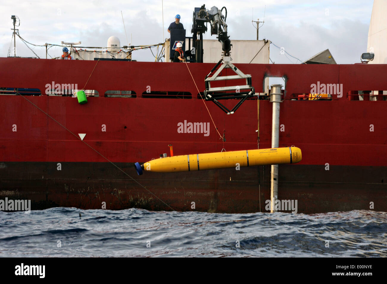 US Navy Contractors lower the Bluefin-21 autonomous submersible into the ocean from the deck of the ADV Ocean Shield April 26, 2014 in the South Indian Ocean. The unmanned submarine is being used to search for missing Malaysia Airlines flight MH 370. - Stock Image