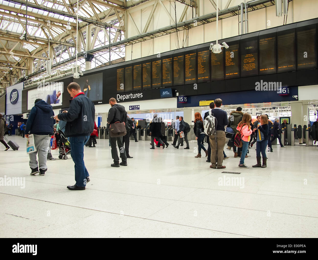 The main concourse and information boards of Waterloo station, London, England - Stock Image