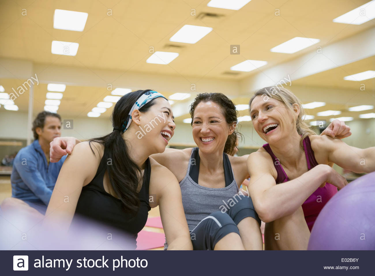 Women laughing in exercise class - Stock Image