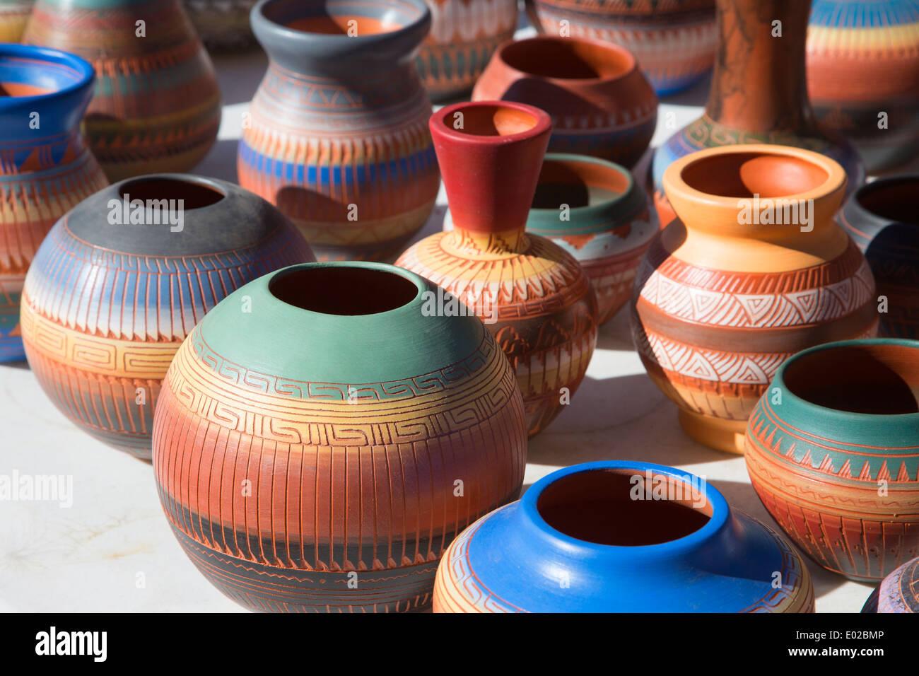 Navajo pottery for sale at outdoor street market in Santa Fe - Stock Image