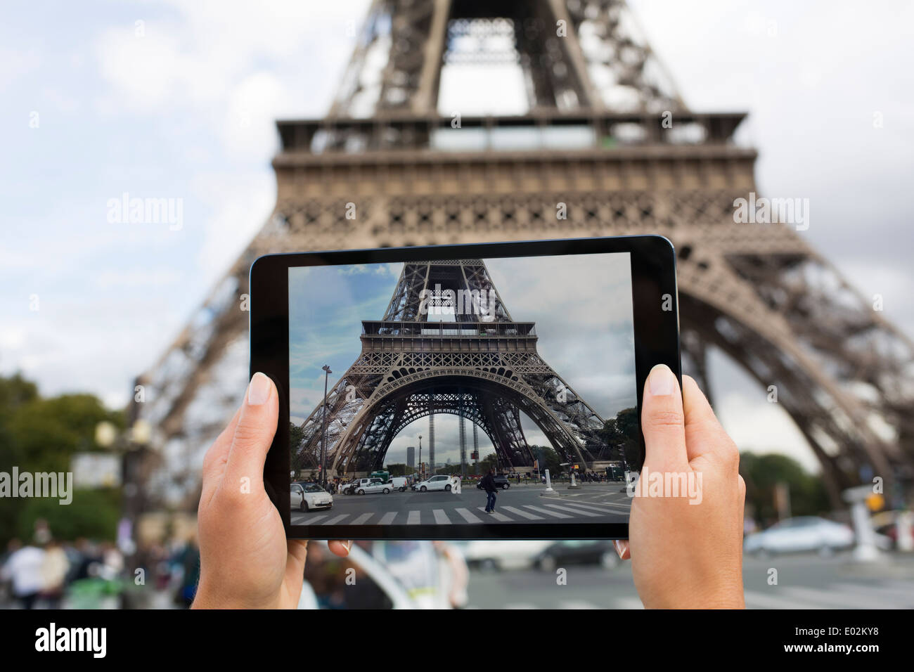 Female tourist taking a picture of the Eiffel tower - Stock Image