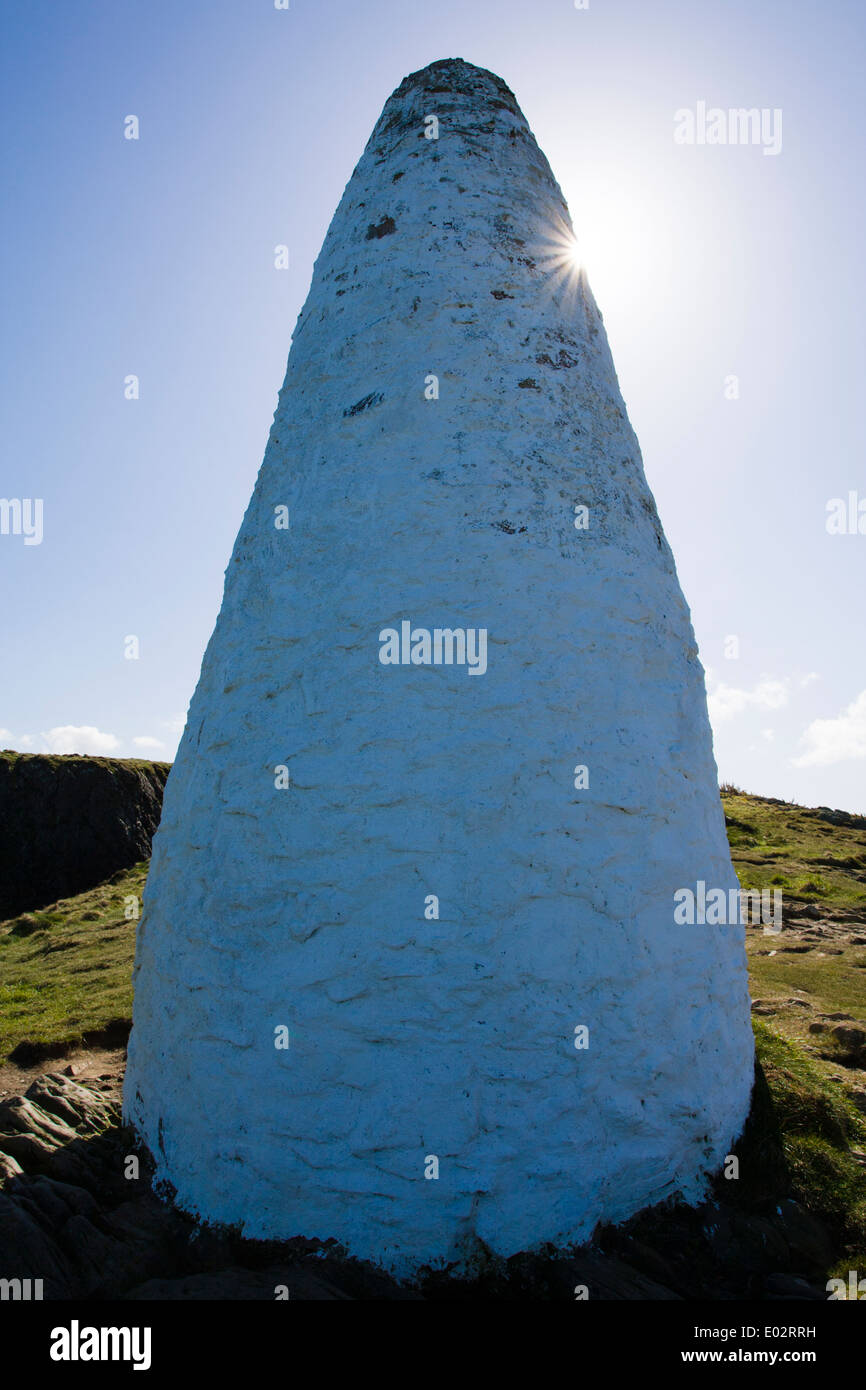 White pillar marking the entrance to Porthgain harbour, Pembrokeshire, West Wales - Stock Image