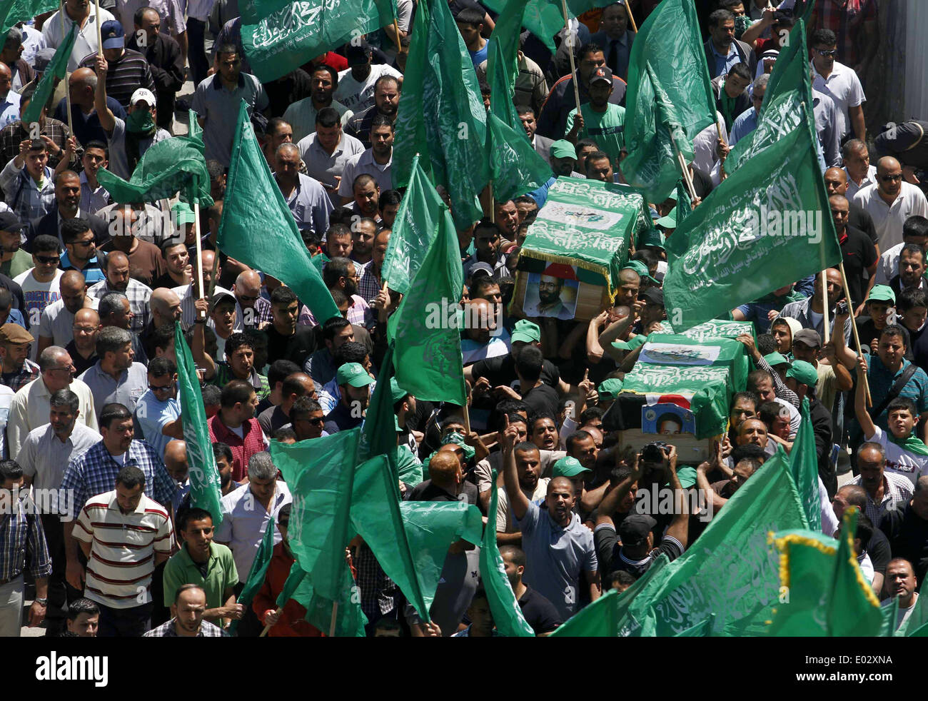 Ramallah, West Bank, Palestinian Territory. 26th Jan, 2009. Palestinian mourners wave the green flag of the Islamist Stock Photo